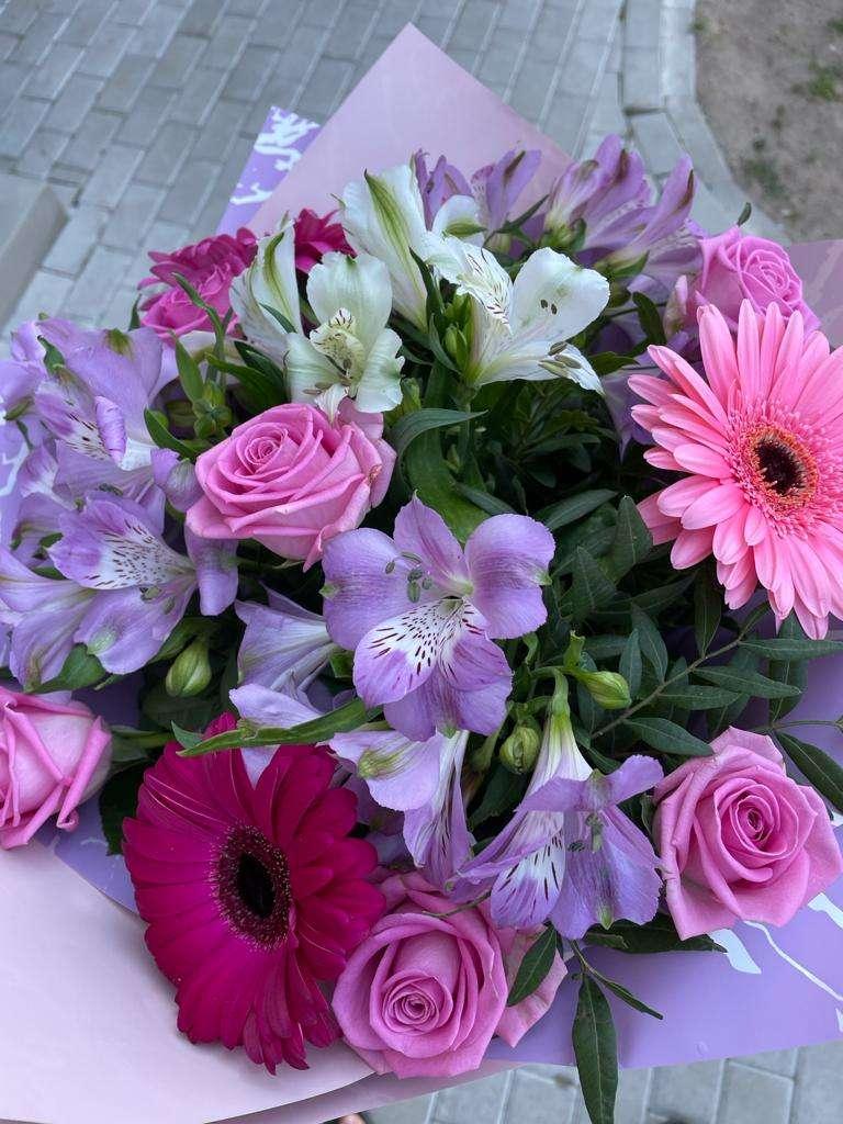 Violeti rozīgo gerberu un rožu pušķis
